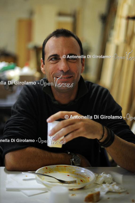 Fabio De Santis, grafico, graphic..Vecchi amici. Old friends..Nello storico quartiere di San Lorenzo a Roma, un gruppo di amici si riunisce per pranzo,nella falegnameria di Graziano Azzurri.L' occasione è il compleanno di Vincenzo, 76 anni ex tassista..In the historic district of  San Lorenzo in Rome, a group of friends meets for lunch, in carpentry of Graziano Azzurri. On the occasion of the birthday of  Vincenzo, 76 years ex taxi driver....