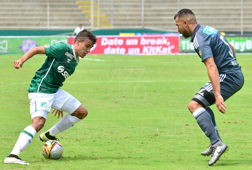 CALI -COLOMBIA-17-04-2016. Andres Felipe Roa (Izq) del Deportivo Cali disputa el balón con Andres Cadavid (Der) de Millonarios durante partido por la fecha 13 de la Liga Águila I 2016 jugado en el estadio Palmaseca de Cali./ Andres Felipe Roa (L) player of Deportivo Cali fights for the ball with Andres Cadavid (R) player of Millonarios during match for the date 13 of the Aguila League I 2016 played at Palmaseca stadium in Cali. Photo: VizzorImage/ NR / Cont
