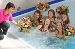 Foto: VidiPhoto<br /> <br /> MAASTRICHT - Geslaagd voor het VWO-examen op het Sint-Maartenscollege in Maastricht, het rijbewijs net binnen en ook nog jarig! Daarom driedubbel feest donderdag voor de 18-jarige Eline (links onder) en haar eveneens geslaagde hartsvriendinnen. De dames worden door hun ouders getrakteerd op een verblijf in het luxueuze wellness Hotel Maastricht. Het bijzondere examenfeestje van de vriendinnen start met champagne in het bubbelbad, waarbij de meiden ook bedolven worden onder felicitatieboeketten. Daarna werden de jongedames in de watten gelegd in de beautysalon. Mobiele bloemistenteams van Fleurop rijden donderdag en vrijdag door heel Nederland om geslaagde scholieren spontaan te verrassen met een fleurig boeket. Hangt er een vlag met schooltas aan de gevel? Dan bestaat de kans dat er een gratis felicitatieboeket wordt aangeboden.