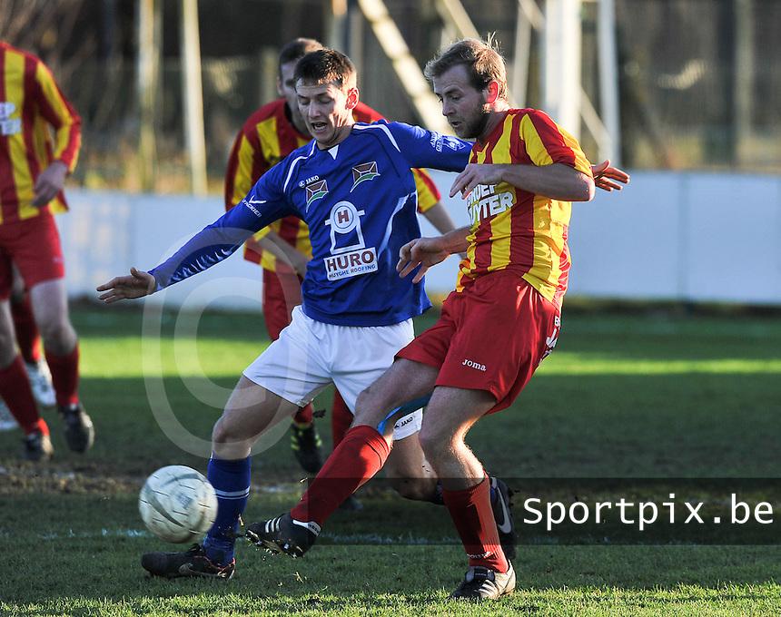 SK Oostnieuwkerke - VG Oostende : Kevin Fremout aan de bal voor Kevin Wullaert (links).foto VDB / BART VANDENBROUCKE