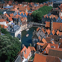 Belgium, West-Flanders, Bruges: View over rooftops and canal from the Belfry | Belgien, Westflandern, Provinzhauptstadt Bruegge: Blick vom Glockenturm des Rathauses ueber die Daecher der Altstadt und den Kanal