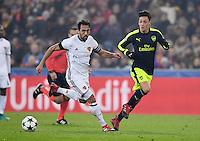 FUSSBALL CHAMPIONS LEAGUE SAISON 2016/2017 GRUPPENPHASE FC Basel - Arsenal London            06.12.2016 Mesut Oezil (re, Arsenal) gegen Matias Emilio Delgado  (li, FC Basel)