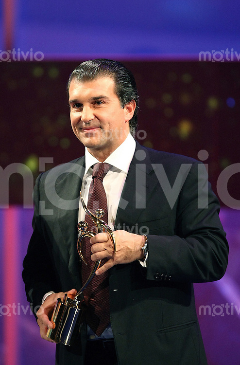 Sport,    Fussball     International    17.12.07 FIFA World Player Gala 2007 Joan LAPORTA (ESP, Praesident des FC Barcelona) haelt den FIFA Fair Play Award in den Haenden und freut sich.