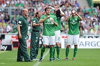 FUSSBALL   1. BUNDESLIGA   SAISON 2011/2012    1. SPIELTAG SV Werder Bremen - 1. FC Kaiserslautern             06.08.2011 TRINKPAUSE: Sokratis PAPASTATHOPOULOS, Per MERTESACKER und Clemens FRITZ (v.l.) goennen sich unter den Augen von Co-Trainer Wolfgang ROLFF und Trainer Thomas SCHAAF (alle Werder Bremen) eine Trinkpause