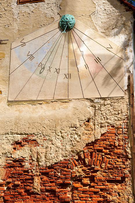 Sundial amd staue of women in Ivana Tkal?i?a, Zagreb, Hrvatska