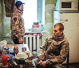 Maksim und Sascha, 22 jährige ukrainische Soldaten in der Küche des Stützpunktes der ukrainischen Armee in der Stadt Awdijiwka. / Maksim and Sascha, 22 years old ukrainian soldiers in the kitchen. They are in the city Awdijiwka.