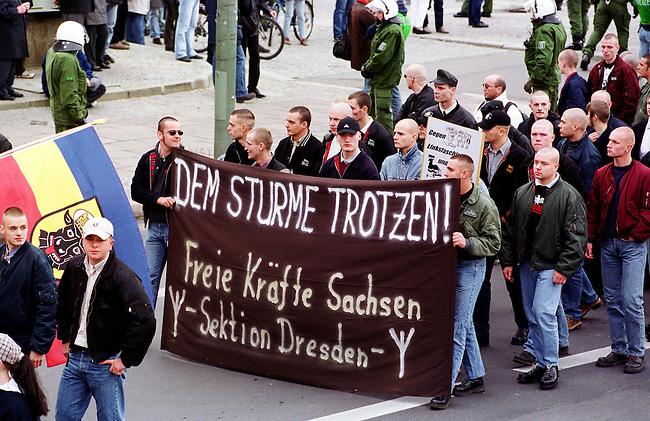Etwa 1.200 Neonazis und Skinheads versammelten sich in Berlin zu einer Demonstration unter dem Motto: &quot;Meinungsfreiheit statt Verbote&quot;. Aufgerufen hatte eine sogenannte &quot;Kameradschaft Germania Berlin&quot;.<br /> Hier: Neonazis und Skinheads aus Sachsen.<br /> 4.11.2000, Berlin<br /> Copyright: Christian-Ditsch.de<br /> [Inhaltsveraendernde Manipulation des Fotos nur nach ausdruecklicher Genehmigung des Fotografen. Vereinbarungen ueber Abtretung von Persoenlichkeitsrechten/Model Release der abgebildeten Person/Personen liegen nicht vor. NO MODEL RELEASE! Nur fuer Redaktionelle Zwecke. Don't publish without copyright Christian-Ditsch.de, Veroeffentlichung nur mit Fotografennennung, sowie gegen Honorar, MwSt. und Beleg. Konto: I N G - D i B a, IBAN DE58500105175400192269, BIC INGDDEFFXXX, Kontakt: post@christian-ditsch.de<br /> Bei der Bearbeitung der Dateiinformationen darf die Urheberkennzeichnung in den EXIF- und  IPTC-Daten nicht entfernt werden, diese sind in digitalen Medien nach &sect;95c UrhG rechtlich gesch&uuml;tzt. Der Urhebervermerk wird gemaess &sect;13 UrhG verlangt.]
