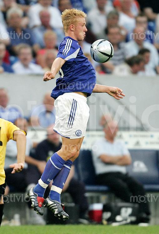 Fussball 1. Bundesliga Saison 2004/2005  Mike HANKE, Einzelaktion am Ball FC Schalke 04
