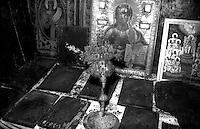 Kosovo   Novembre 2000.Pe? (in albanese Pejë / Peja; in serbo Pe?).Il Patriarcato ortodosso, ornamenti sacri recuerati  dalle chiese ortodosse bruciate dagli albanesi