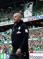 FUSSBALL   1. BUNDESLIGA   SAISON 2012/2013    32. SPIELTAG SV Werder Bremen - TSG 1899 Hoffenheim             04.05.2013 Trainer Thomas Schaaf (SV Werder Bremen)  betritt das Weser Stadion, im Hintergrund haengt ein Portrait von Ex-Trainer Otte Rehhagel.