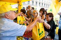 Roma 5 Agosto 2011.La Coldiretti del Lazio per protestare contro l'aumento dei prezzi, maggiorati fino a cinque o sei volte, dal produttore al consumatore distribuisce  gratuitamente 100 quintali  di frutta e verdura in Piazza Santi Apostoli.
