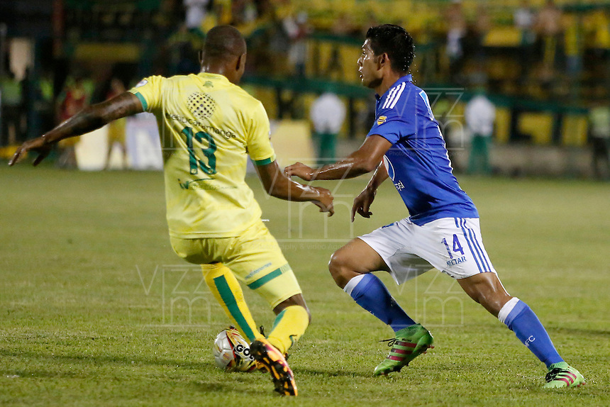 BUCARAMANGA-COLOMBIA-23-04-2016. Jair E. Palacios (Izq) jugador del Atlético Bucaramanga disputa el balón con David Silva (Der) jugador de Millonarios durante partido por la fecha 14 de la Liga Águila I 2016 jugado en el estadio Alfonso López de la ciudad de Bucaramanga./ Jair E. Palacios (L) player of Atletico Bucaramanga struggles the ball with David Silva (R) player of Millonarios during match for the date 14 of the Aguila League I 2016 played at Alfonso Lopez stadium in Bucaramanga city. Photo: VizzorImage / Duncan Bustamante / Cont