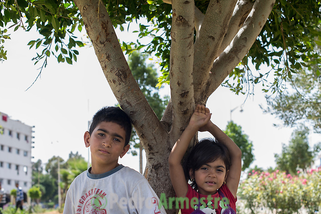 13 septiembre 2015. Nador. Marruecos.<br /> La crisis migratoria en la frontera sur de Europa afecta sobre todo a los ni&ntilde;os. En la imagen, Mohammed y Leila, hijos de Mohammed Al Ahmed, esperan en un parque de Nador (Marruecos). Su padre era comerciante en Eglip (Siria). La familia tuvo que salir huyendo de su pa&iacute;s. La ONG Save the Children exige al Gobierno espa&ntilde;ol que tome un papel activo en la crisis de refugiados y facilite el acceso de estas familias a trav&eacute;s de la expedici&oacute;n de visados humanitarios en el consulado espa&ntilde;ol de Nador. Save the Children ha comprobado adem&aacute;s c&oacute;mo muchas de estas familias se han visto forzadas a separarse porque, en el momento del cierre de la frontera, unos miembros se han quedado en un lado o en el otro. Para poder cruzar el control, las mafias se aprovechan de la desesperaci&oacute;n de los sirios y les ofrecen pasaportes marroqu&iacute;es al precio de 1.000 euros. Diversas familias han explicado a Save the Children c&oacute;mo est&aacute;n endeudadas y han tenido que elegir qui&eacute;n pasa primero de sus miembros a Melilla, dejando a otros en Nador.<br /> &copy; Save the Children Handout/PEDRO ARMESTRE - No ventas -No Archivos - Uso editorial solamente - Uso libre solamente para 14 d&iacute;as despu&eacute;s de liberaci&oacute;n. Foto proporcionada por SAVE THE CHILDREN, uso solamente para ilustrar noticias o comentarios sobre los hechos o eventos representados en esta imagen.<br /> Save the Children Handout/ PEDRO ARMESTRE - No sales - No Archives - Editorial Use Only - Free use only for 14 days after release. Photo provided by SAVE THE CHILDREN, distributed handout photo to be used only to illustrate news reporting or commentary on the facts or events depicted in this image.