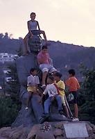 Tunisia, Tabarka, bambini giocano sul monumento ad Habib Bourguiba, leader della lotta per l'indipendenza e primo presidente.<br /> Tunisia, Tabarka, Children play on the monument to Habib Bourguiba, leader of the struggle for independence and the first president.