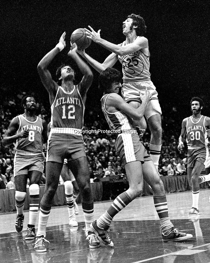 Golden State Warriors Jim Barnett against the Atlanta Hawks Jim Washington... (1972 photo/Ron Riesterer)