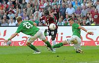 FUSSBALL   1. BUNDESLIGA   SAISON 2011/2012    8. SPIELTAG Hannover 96 - SV Werder Bremen                             02.10.2011 Andreas WOLF (li) und Sebastian PROEDL (re, beide Bremen) gegen Didier YA KONAN (Mitte, Hannover)