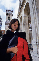 Europe/Portugal/Coimbra : Etudiante de l'université en costume