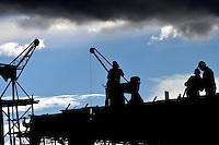 Hombres Trabajando /  Men at Work