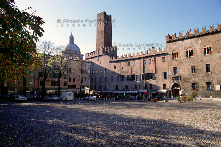 Mantova, edifici medioevali in Piazza Sordello.<br /> Mantua, medieval buildings in Piazza Sordello.
