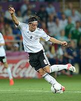FUSSBALL  EUROPAMEISTERSCHAFT 2012   VORRUNDE Niederlande - Deutschland       13.06.2012 Mesut Oezil (Deutschland)  Einzelaktion am Ball