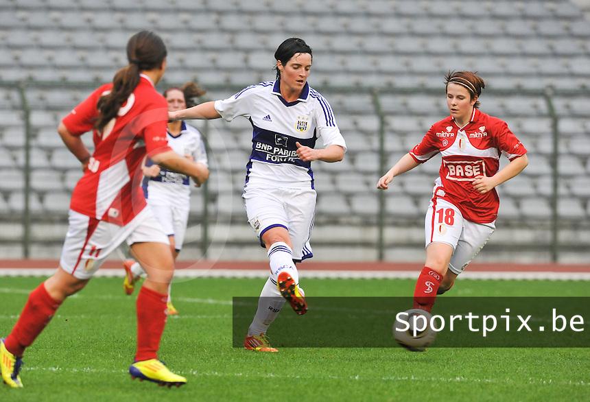 RSC Anderlecht Dames - Standard Femina de Liege : Cecile De Gernier aan de bal voor Maria - Laura Aga.foto DAVID CATRY / Vrouwenteam.be