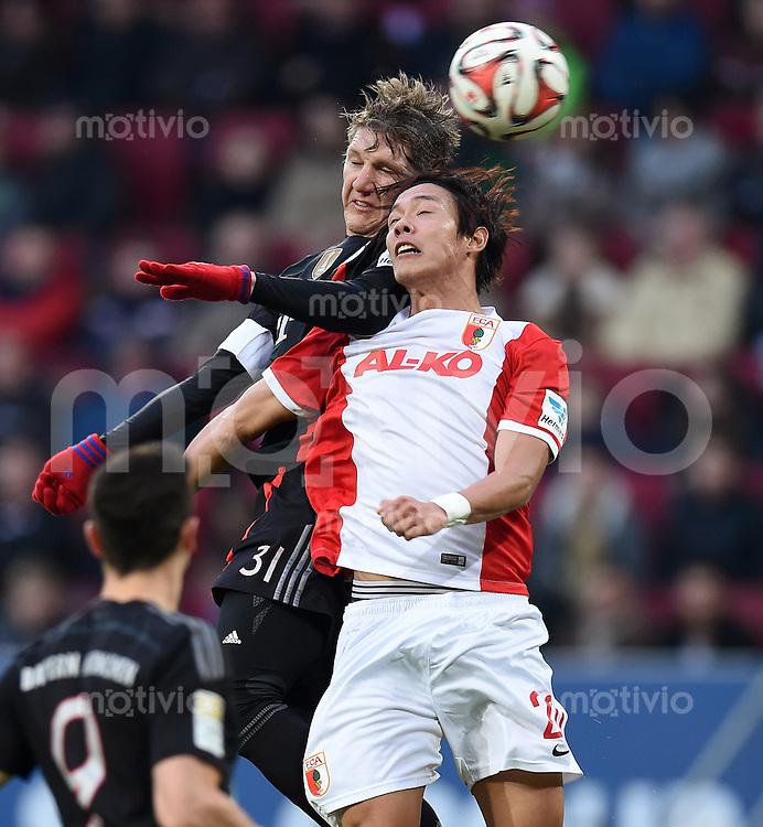 Fussball  1. Bundesliga  Saison 2014/2015  15. Spieltag  FC Augsburg - FC Bayern Muenchen     13.12.2014 Bastian Schweinsteiger (li, FC Bayern Muenchen) gegen Je-Hong HONG (FC Augsburg)