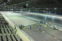 SCHAATSEN: HEERENVEEN: IJsstadion Thialf, 10-09-2015, Ver(nieuw)bouw, aanbrengen afwerklaag 400 mtr. baan, ©foto Martin de Jong
