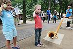 Foto: VidiPhoto<br /> <br /> ARNHEM - De driedaagse Beurs Landleven, een van de grootste openluchtbeurzen van ons land, is vrijdag in het Nederlands Openluchtmuseum van start gegaan met onverwacht veel publieke belangstelling. Alles wat met het platteland te maken heeft, mag zich volgens de organisatoren de laatste tijd in een toenemende belangstelling verheugen. Boeren en buitenlui zijn hot. De vele honderden stands staan ditmaal verspreid over het hele museumterrein. In totaal worden zo'n 30.000 bezoekers verwacht.