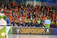 SCHAATSEN: HEERENVEEN: 08-01-2017, IJsstadion Thialf, ISU EC Sprint & Allround, Kleintje Pils en publiek, ©foto Martin de Jong
