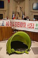 Roma, 11  Luglio 2012.Consiglio comunale in Campidoglio nell'aula Giulio Cesare per  la discussione sulla  cessione del 21% della controllata Acea, l'azienda che si occupa di acqua e servizi.L'opposizione occupa l'aula con tende e striscioni