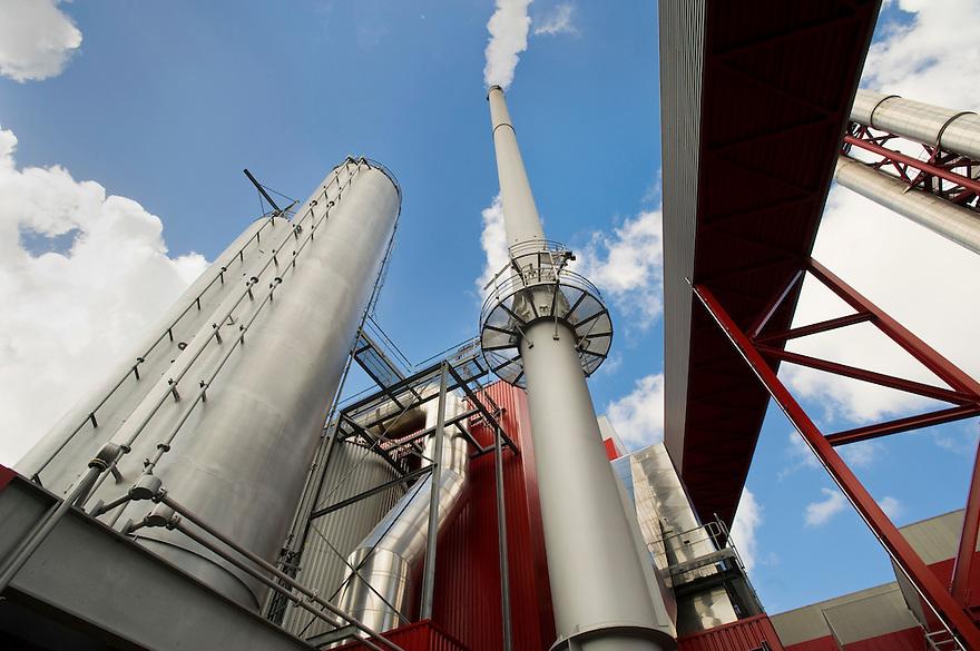 Nederland, Alkmaar, 14 aug 2008.Biomassa centrale. (Officieel geopend in mei 2008).Biomassa centrale verstookt houtsnippers van snoei en oud hout van de sloop en ander resthoutmateriaal. Naast de centrale staat een grote afvalverbrandingsinstallatie, die er al veel langer was. .Foto (c) Michiel Wijnbergh