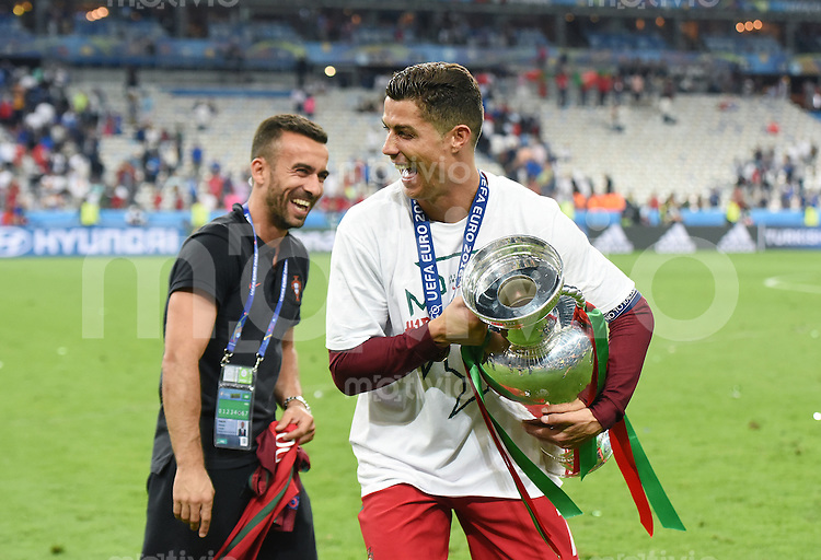 FUSSBALL EURO 2016 FINALE IN PARIS  Portugal - Frankreich          10.07.2016 Cristiano Ronaldo (re, Portugal) mit dem EM Pokal und  feiert mit Nike Marketing Manager Portugal, Ricardo Requfe (li)