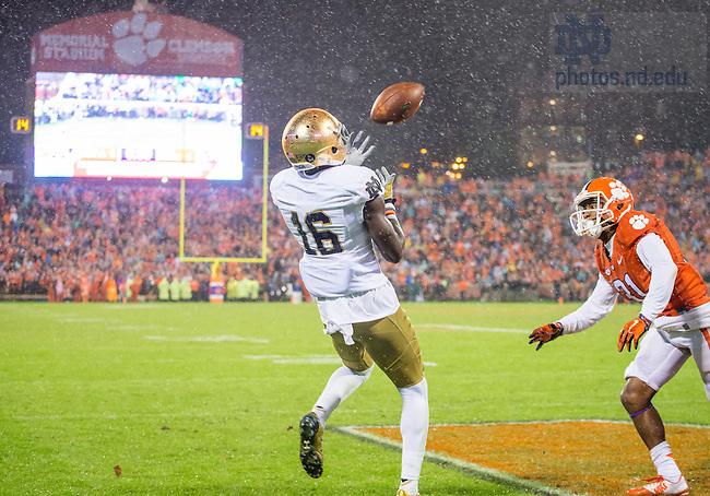 Oct 3, 2015; Wide receiver Torii Hunter Jr. (16) catches a touchdown pass against Clemson. (Photo by Matt Cashore)