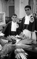 Roma  Luglio 1999.Venerabile Arciconfraternita Di Maria Ss. Del Carmine In Trastevere a Roma fondata nell' anno 1538..Due Confratelli prima della processione.<br /> http://www.arciconfraternitadelcarmine.it/