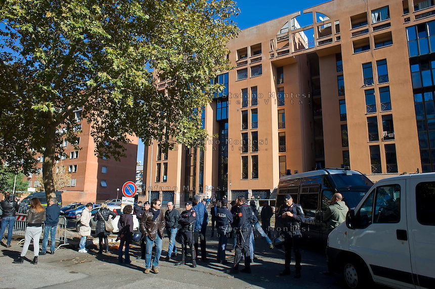 Roma 14 Novembre 2014<br /> Il centro di accoglienza per rifugiati richiedenti asilo politico in via Giorgio  Morandi,   protetto dalla polizia dopo le proteste degli abitanti di Tor Sapienza.<br /> Rome November 14, 2014<br /> The reception center for refugees seeking political asylum in Via Giorgio Morandi, protected by the police after the protests of the inhabitants of Tor Sapienza.