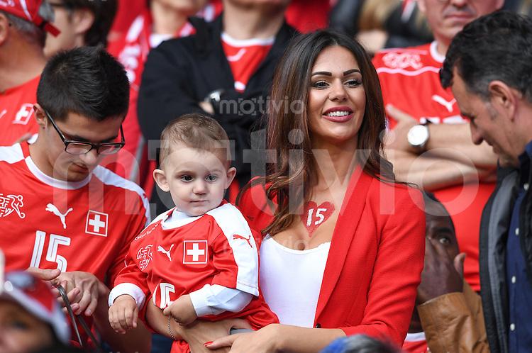 FUSSBALL EURO 2016 GRUPPE A IN LILLE Schweiz - Frankreich     19.06.2016 Lebensgefaehrtin von Blerim Dzemaili mit Sohn Luan