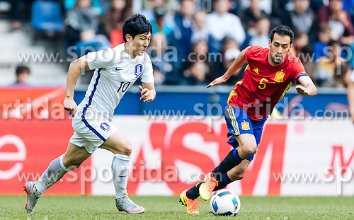 01.06.2016, Red Bull Arena, Salzburg, AUT, Testspiel, Spanien vs Suedkorea, im Bild Taehee Nam (KOR), Sergio Busquets (ESP) // Taehee Nam of Korea Sergio Busquets of Spain during the International Friendly Match between Spain and South Korea at the Red Bull Arena in Salzburg, Austria on 2016/06/01. EXPA Pictures © 2016, PhotoCredit: EXPA/ JFK