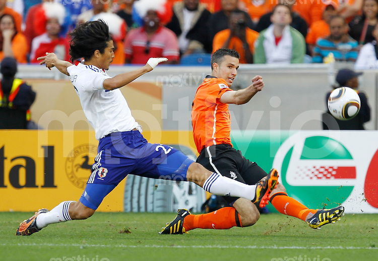 FUSSBALL WM 2010   VORRUNDE    Gruppe E   19.06.2010 Holland - Japan Robin van Perise (re, Holland) gegen Yuji Nakazawa  (li, Japan)