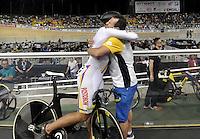 CALI – COLOMBIA – 18-02-2017: Fabian Puerta (Izq) de Colombia celebra con John Jaime Gonzalez (Der.), técnico de Colombia, la medalla de oro en la prueba Keirin, en el Velodromo Alcides Nieto Patiño, sede de la III Valida de la Copa Mundo UCI de Pista de Cali 2017. / Fabian Puerta (L) of Colombia, celebrates with John Jaime Gonzalez (R), coach of Colombia the gold medal in the test Keirin, at the Alcides Nieto Patiño Velodrome, home of the III Valid of the World Cup UCI de Cali Track 2017. Photo: VizzorImage / Luis Ramirez / Staff.