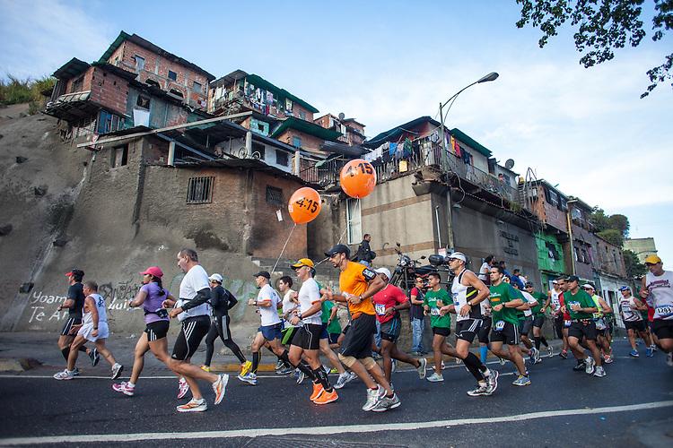 CARACAS - FEBRERO 24, 2013: Mas de 8.000 corredores de 32 nacionalidades y 24 elites, participan en la tercera edición del Maraton CAF Caracas 2013.  La competencia se hará en 42k y 21K.  (Ivan Gonzalez/Orinoquiaphoto/CAF)