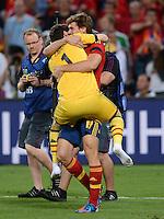 FUSSBALL  EUROPAMEISTERSCHAFT 2012   HALBFINALE Portugal - Spanien                  27.06.2012 Torwart Iker Casillas (lir) und Fernando Llorente (re, beide Spanien) jubeln nach dem Finaleinzug