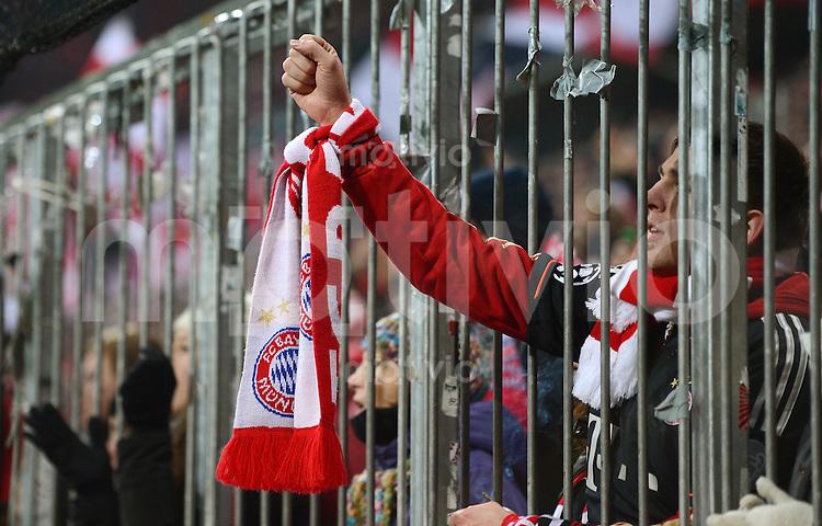 FUSSBALL  DFB-POKAL  VIERTELFINALE  SAISON 2012/2013    FC Bayern Muenchen - Borussia Dortmund       27.02.2013 FC Bayern Fan an Zaun in der Suedkurve in der Allianz Arena