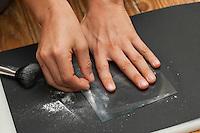 Fingerabdruck, Fingerabdrücke nehmen, 4. Schritt:  ein durchsichtiges Klebeband wird über den durch Puder sichtbar gemachten Fingerabdruck geklebt, das Puder haftet am Klebeband, sammeln, sichten, vergleichen