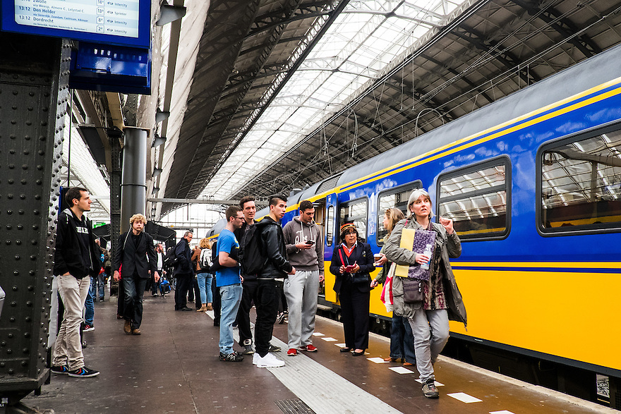 Nederland, Amsterdam, 30 mei 2015<br /> NS-sation Amsterdam Centraal. Trein staat gereed op het perron, in en uitstappende reizigers.<br />  <br /> Foto: Michiel Wijnbergh