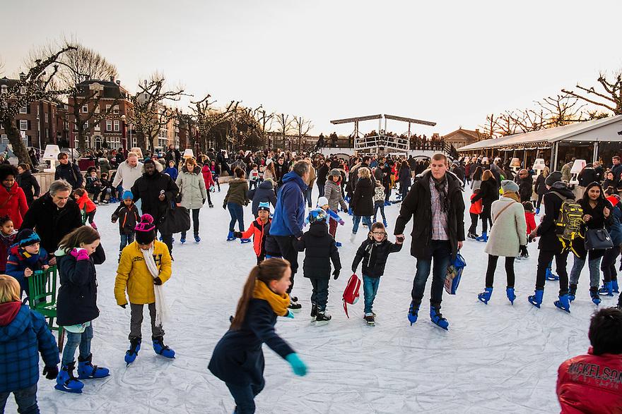 Nederland, Amsterdam, 4 jan 2015<br /> Kunstijsbaan op het Museumplein. Een leuke attractie, zeker als het mooi weer is.  Familieuitje voor het hele gezin.<br /> <br /> Foto: (c) Michiel Wijnbergh
