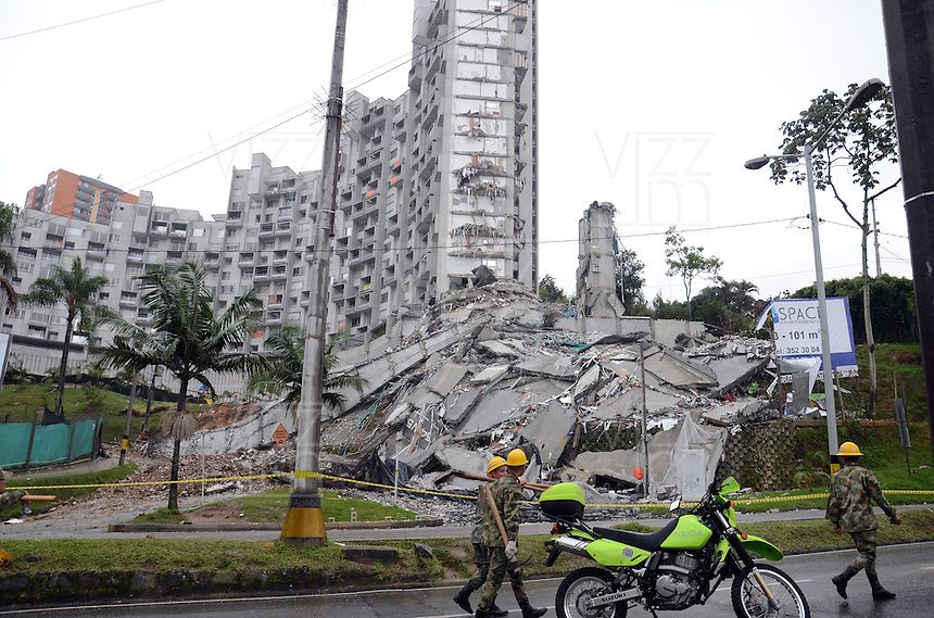 "MEDELLIN -COLOMBIA- 14 -10-2013. La Alcald'a y las autoridades de la ciudad de Medell'n, conjuntamente con los ingenieros de LŽrida CDO SA alertaron que la Torre 5 del edificio residencial Space, contigua a la Torre 6, que se desplom— el s‡bado por la noche, presenta ""riesgo inminente de colapso"". Segœn la Alcald'a de Medell'n, un comitŽ tŽcnico encargado de hacer la evaluaci—n del estado de la unidad residencial Space en el acomodado barrio El Poblado analiz— este lunes la situaci—n y concluy— que la Torre 5 puede derrumbarse en cualquier momento porque tiene fracturas en dos columnas. / The Mayor and the authorities of the city of Medellin, in conjunction with engineers from Lleida CDO SA warned that the tower 5 Space residential building, adjacent to the Tower 6, which collapsed on Saturday night, presents ""imminent risk of collapse "". According to the Mayor of Medellin, a technical committee to assessing the state of the housing units in the affluent Space Poblado Monday analyzed the situation and concluded that the Tower 5 may collapse at any moment because it has broken in two columns. .Photo: VizzorImage / Luis Rios / Stringer"