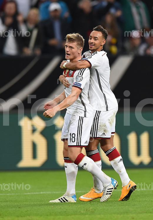 Fussball International EM 2016-Qualifikation  Gruppe D  in Gelsenkirchen 14.10.2014 Deutschland - Irland Jubel nach dem Tor zum 1:0; Torschuetze Toni Kroos (vorne) und Karim Bellarabi (beide Deutschland) jubeln.