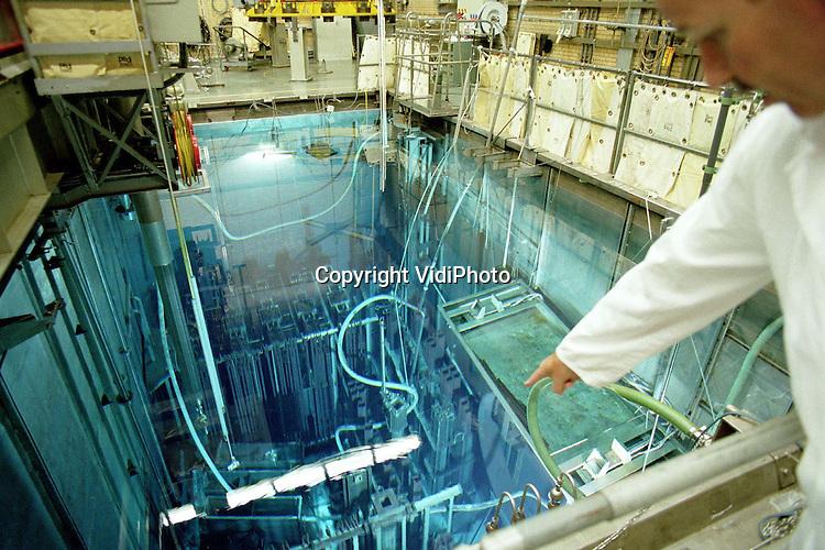 Foto: VidiPhoto..Voor DDC..DODEWAARD - Het Splijtstof Opslag Bassin (SOB) in de kerncentrale in Dodewaard. Hierin hangen de 180 nog aanwezige zwaar radio-actieve splijtstofstaven. Het water beschermt de werknemers tegen straling..