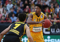 Basketball  1. Bundesliga  2016/2017  Hauptrunde  16. Spieltag  27.12.2016 Walter Tigers Tuebingen - MHP Riesen Ludwigsburg Eric McClellan (li, Tigers) gegen Drew Ceawford (re, Ludwigsburg)