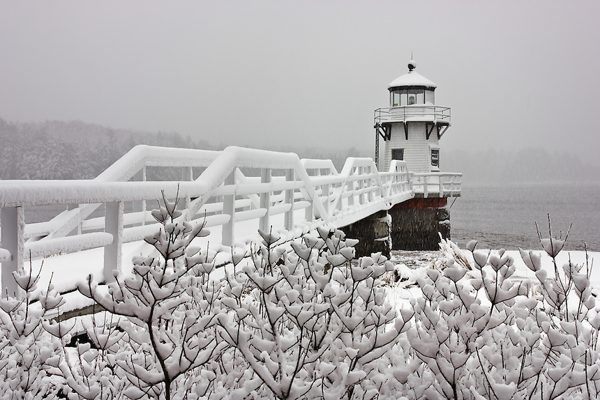 http://cdn.c.photoshelter.com/img-get/I0000GBoEu6H6bBw/s/860/860/Snowy-Sunday-at-Doubling-Point-Lighthouse.jpg